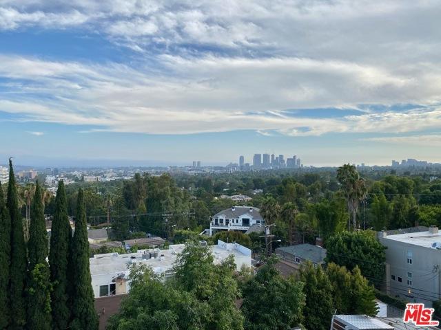 999 N Doheny Drive, West Hollywood CA: http://media.crmls.org/mediaz/9804F378-D30C-4C89-83AB-78BF0480ED0D.jpg