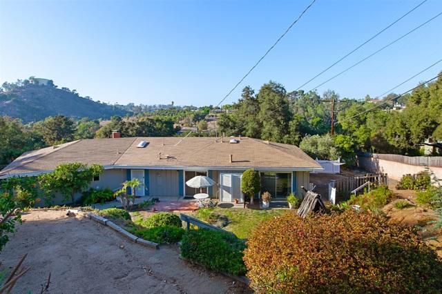 1236 Hillside Dr, Fallbrook CA: http://media.crmls.org/mediaz/99BB8049-6DDA-4569-8998-E1EA0F43EDC6.jpg