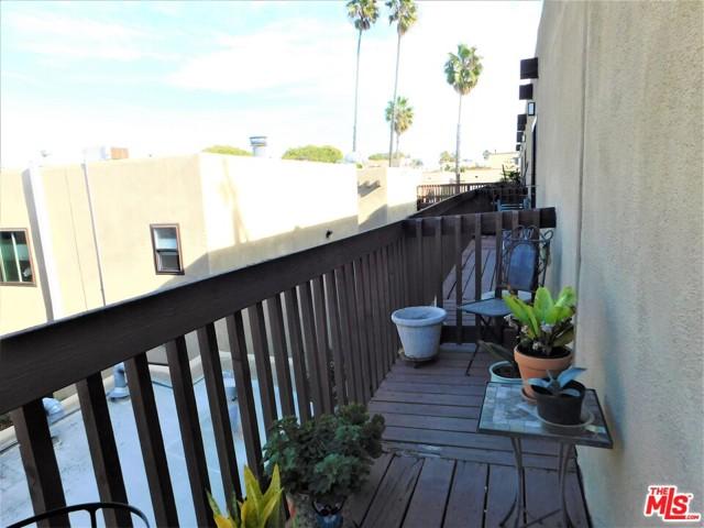 940 E 3Rd Street, Long Beach CA: http://media.crmls.org/mediaz/9BB97047-5514-4855-B8A7-E66BD48AAF13.jpg