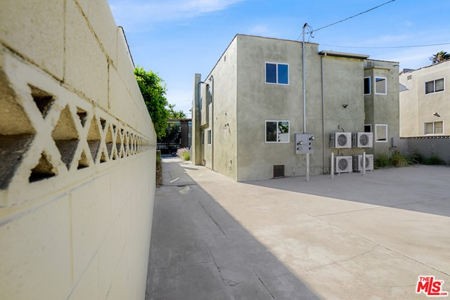 1166 S Cochran Avenue, Los Angeles CA: http://media.crmls.org/mediaz/A33AA443-2F18-4AA3-A385-1116B1640972.jpg