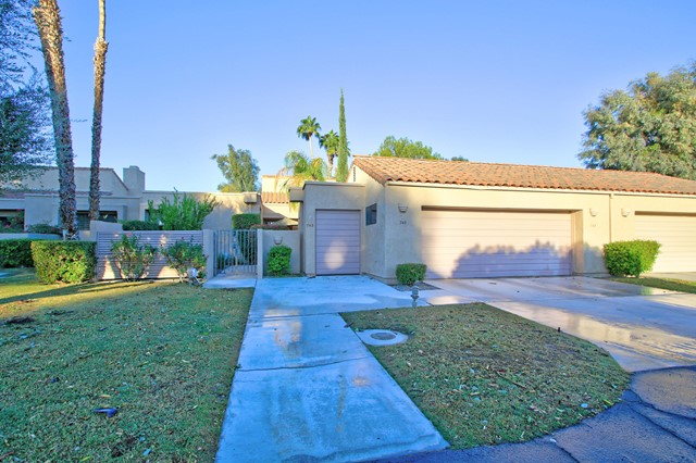 743 Inverness Drive, Rancho Mirage CA: http://media.crmls.org/mediaz/A40D4752-907C-48F5-BC8E-96FAA57A323A.jpg