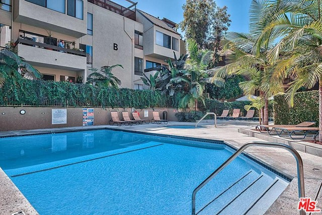 950 N Kings Road, West Hollywood CA: http://media.crmls.org/mediaz/A47C447C-6989-4452-9BBA-4AD8BDCCA8E3.jpg