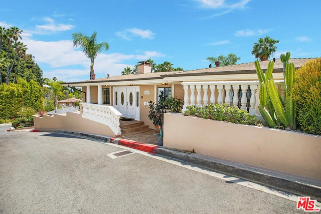 2027 Morgan Hill Drive, Los Angeles CA: http://media.crmls.org/mediaz/AA456FC7-835F-4172-A191-5EF5FE63D37E.jpg