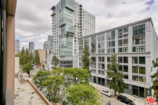 1111 S GRAND Avenue, Los Angeles CA: http://media.crmls.org/mediaz/AE1F2E73-7316-4049-ADDF-3528697D67D9.jpg