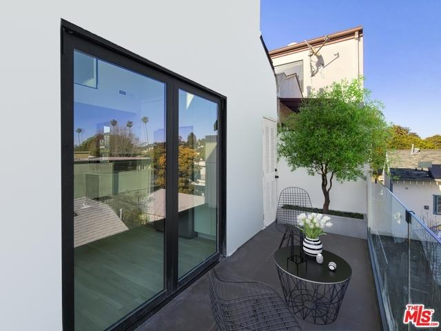 2225 4Th Street, Santa Monica CA: http://media.crmls.org/mediaz/AF10FDB7-543F-4EE3-B475-0A051C365029.jpg
