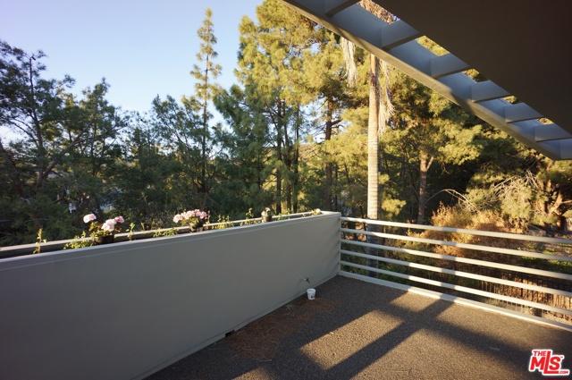 1425 MONTE GRANDE Place, Pacific Palisades CA: http://media.crmls.org/mediaz/AF93A7EF-9966-496A-A4B1-50C456870AAE.jpg