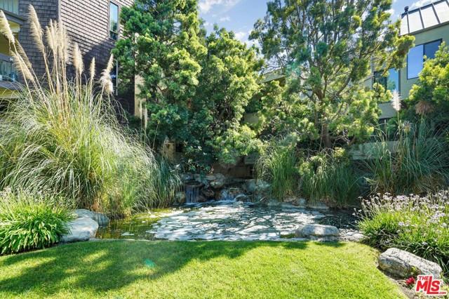 950 N Kings Road, West Hollywood CA: http://media.crmls.org/mediaz/B10CBF99-71BC-4AE0-86A6-6A8E8237BCFC.jpg