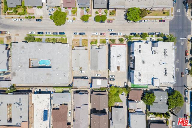 423 N Serrano Avenue, Los Angeles CA: http://media.crmls.org/mediaz/B231CDCF-AE32-493F-B51C-8BA5738D7E49.jpg