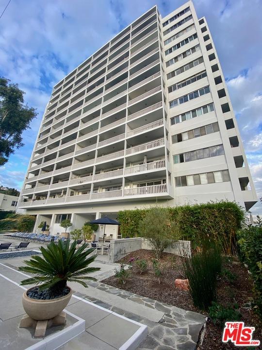 999 N Doheny Drive, West Hollywood CA: http://media.crmls.org/mediaz/B33A0388-31A4-4980-980D-E76AF2F381EF.jpg