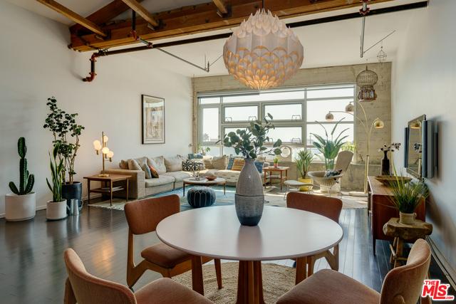 530 S Hewitt Street, Los Angeles CA: http://media.crmls.org/mediaz/B60DF8D9-31A7-43AB-81C3-B151E27C329E.jpg