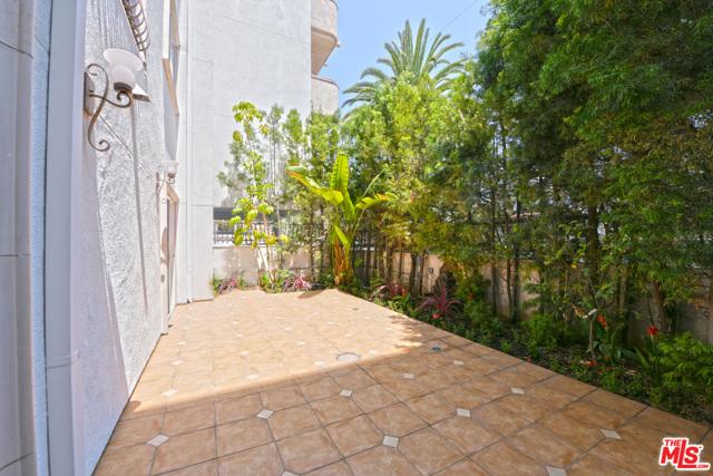1102 Rexford Drive, Los Angeles CA: http://media.crmls.org/mediaz/B6D4017C-5D69-47F0-89F0-3ED76A8BA640.jpg