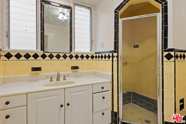 1020 S ALFRED Street, Los Angeles CA: http://media.crmls.org/mediaz/B9BA97C1-9EA3-46E8-B4DB-7B3F9B6621F5.jpg