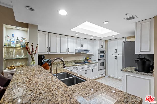 13700 Marina Pointe Drive, Marina del Rey CA: http://media.crmls.org/mediaz/BBDD3890-CE90-4477-860E-BF0D24539FE4.jpg