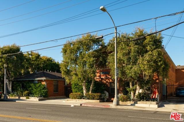 2033 Cloverfield Boulevard, Santa Monica CA: http://media.crmls.org/mediaz/BFCCBF2C-C3A8-4DFC-B67C-D4ADB95451F6.jpg