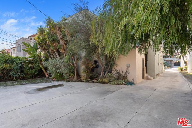 1020 S ALFRED Street, Los Angeles CA: http://media.crmls.org/mediaz/C245CC5C-CE44-4444-916B-A10B91D93225.jpg