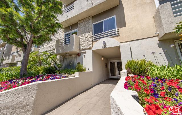 1160 Granville Avenue, Los Angeles CA: http://media.crmls.org/mediaz/C2A0826D-1D19-4551-9B68-2BFCE619D7DF.jpg
