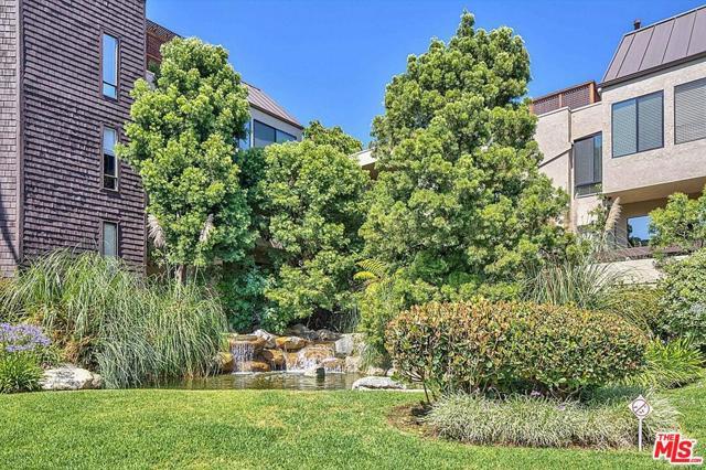 950 N Kings Road, West Hollywood CA: http://media.crmls.org/mediaz/C39C9262-69BB-40A6-90C7-D3236164C31F.jpg