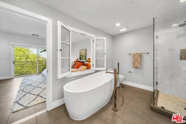 3625 Beverly Ridge Drive, Sherman Oaks CA: http://media.crmls.org/mediaz/C55FB863-3634-46A6-8219-84A7C33445E7.jpg