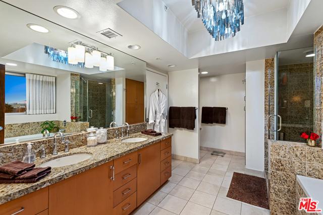 13700 Marina Pointe Drive, Marina del Rey CA: http://media.crmls.org/mediaz/C84ECE36-C5CE-4F7E-881C-552B255DD9C2.jpg