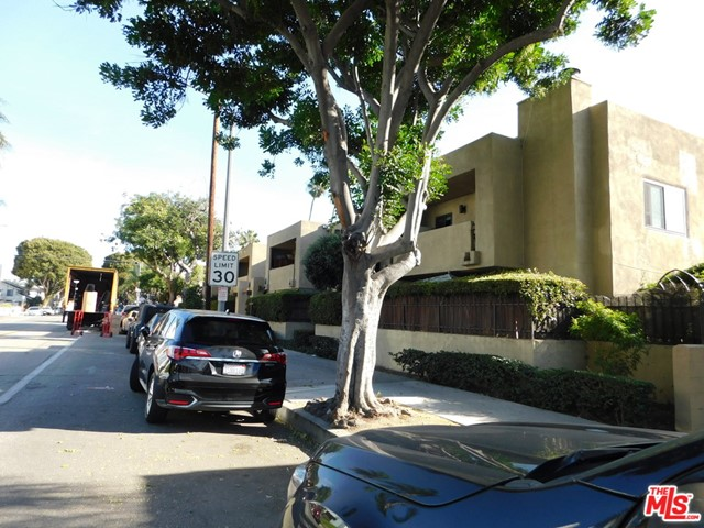 940 E 3Rd Street, Long Beach CA: http://media.crmls.org/mediaz/C8E37590-10EF-43A3-BE61-4F166196599C.jpg