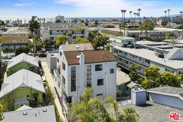 2225 4Th Street, Santa Monica CA: http://media.crmls.org/mediaz/CEF761A0-55D0-4C7C-B8BD-221DB54238D1.jpg