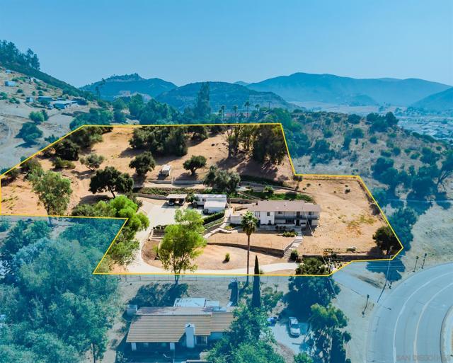 1776 Country Club Dr, Escondido CA: http://media.crmls.org/mediaz/CFC84E5E-7558-4B8A-B83D-6E264195B69E.jpg