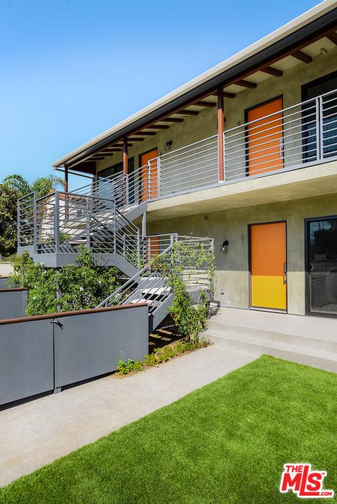 1166 S Cochran Avenue, Los Angeles CA: http://media.crmls.org/mediaz/D07E0418-508C-4772-94D3-1F4D3A856C0F.jpg