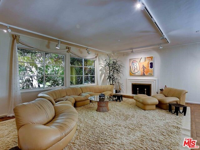 9772 BLANTYRE Drive, Beverly Hills CA: http://media.crmls.org/mediaz/D17831AB-90F1-40FD-B221-8CF34B182C79.jpg