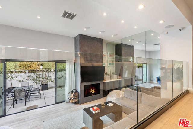 9315 Burton Way, Beverly Hills CA: http://media.crmls.org/mediaz/DA50E132-8675-45FA-AF10-9472EA338903.jpg