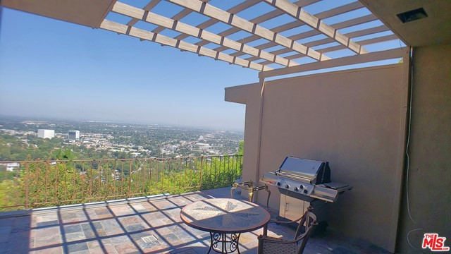 3873 Beverly Ridge Drive, Sherman Oaks CA: http://media.crmls.org/mediaz/E1993799-225E-4684-8129-727679738B01.jpg