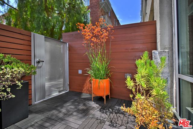 530 S HEWITT Street, Los Angeles CA: http://media.crmls.org/mediaz/E23F35CE-711E-4560-AD3F-7102F3C3F285.jpg