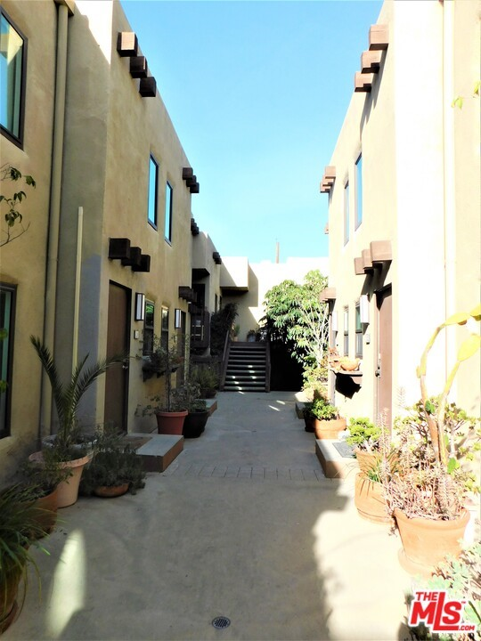 940 E 3Rd Street, Long Beach CA: http://media.crmls.org/mediaz/E45FFBD0-8622-46C1-B843-BE948C5CE7C6.jpg
