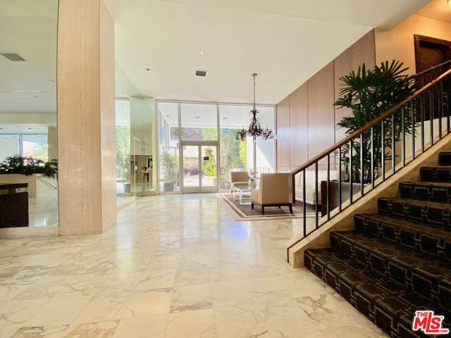 999 N Doheny Drive, West Hollywood CA: http://media.crmls.org/mediaz/E61E05D7-87DD-4D7D-BEA7-771E8BAB1DCB.jpg