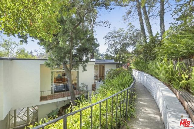 3246 Primera Avenue, Los Angeles CA: http://media.crmls.org/mediaz/E8CA49A1-04C6-4F2F-A733-BECA8702DC7B.jpg