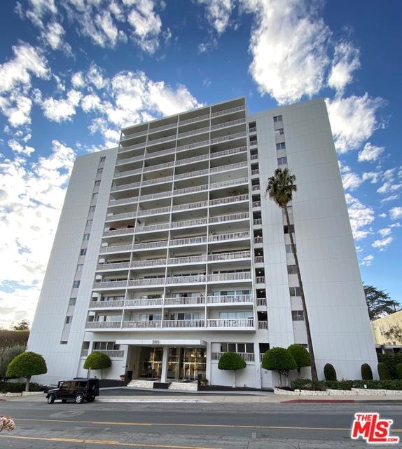 999 N Doheny Drive, West Hollywood CA: http://media.crmls.org/mediaz/E8EBD3C6-DA80-473A-92B7-F8040C39B095.jpg