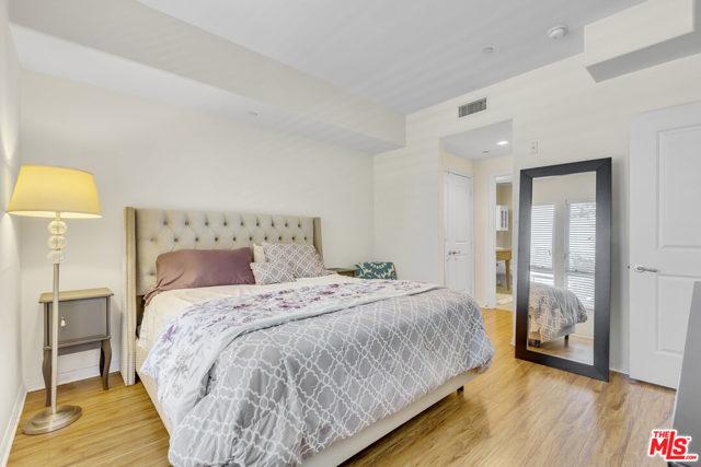 4050 Glencoe Avenue, Marina del Rey CA: http://media.crmls.org/mediaz/EDF019DE-31BA-41DA-9DC8-1CE58134F2CC.jpg