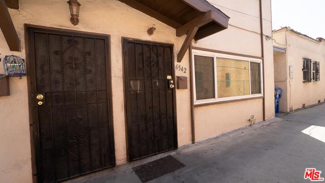 6544 S Victoria Avenue, Los Angeles CA: http://media.crmls.org/mediaz/F3C362A7-63D1-436C-9381-42A3CF06CB86.jpg