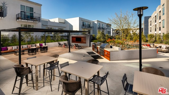 11058 Chandler Boulevard, Los Angeles CA: http://media.crmls.org/mediaz/F3D92796-7DA8-4F3A-916C-54081A09C1EE.jpg