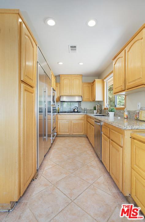 2027 Morgan Hill Drive, Los Angeles CA: http://media.crmls.org/mediaz/F511D9FE-8735-4E47-A6BF-8D2FF1476CCD.jpg