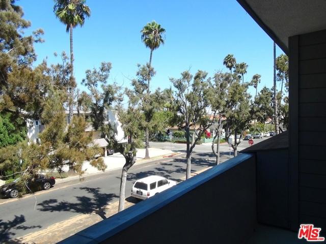 2021 California Avenue, Santa Monica CA: http://media.crmls.org/mediaz/FF032AAB-CBB5-4B00-AF16-B0D483C0B0AE.jpg