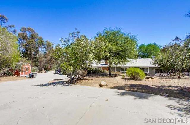 2840 Via Arroyo, Fallbrook CA: http://media.crmls.org/mediaz/b7a08144-b83e-424b-acf2-5348f0a46a3d.jpg