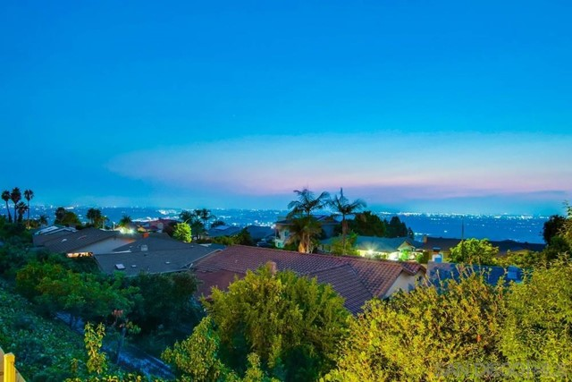 6240 Brynwood Ct, San Diego CA: http://media.crmls.org/mediaz/d189c102-e21e-4758-b770-4eb1da60e5d2.jpg