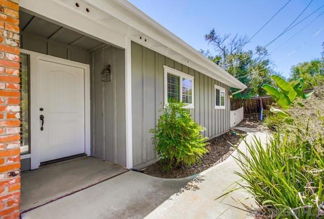 2840 Via Arroyo, Fallbrook CA: http://media.crmls.org/mediaz/fbf4f412-badc-4554-a932-f6d26338598f.jpg