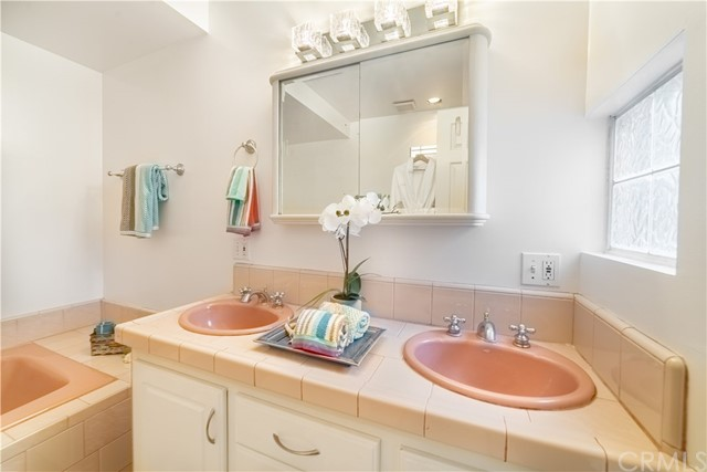 501 36th Pl (aka 500 Rosecrans Av), Manhattan Beach, California 90266, 2 Bedrooms Bedrooms, ,1 BathroomBathrooms,For Sale,36th Pl (aka 500 Rosecrans Av),SB20177636