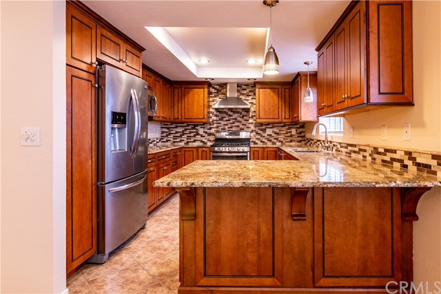 Sharp, upgraded kitchen w/stainless appliances including refrigerator