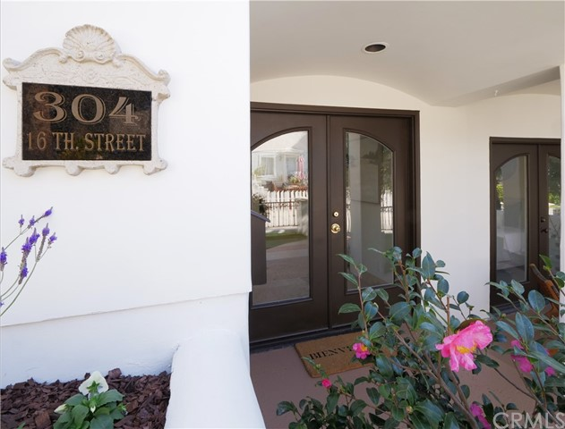 private front yard with double door entry
