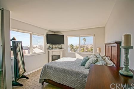 77 15th Street 12, Hermosa Beach, California 90254, 2 Bedrooms Bedrooms, ,2 BathroomsBathrooms,For Sale,15th,SB20230357