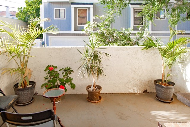 Welcome home to this lovely 1 bed, 2 bath condo located just minutes from Old Town Pasadena, Cal-Tech, PCC, Pasadena Playhouse.