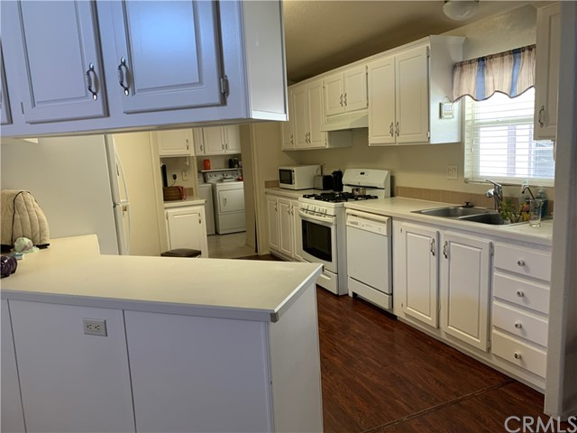Kitchen with eat in couter
