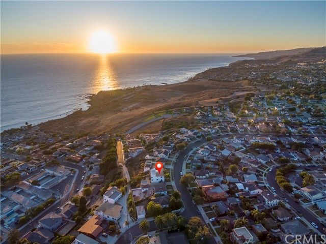 BREATHTAKING SUNSETS FROM A CUSTOM BUILT HOME !!!